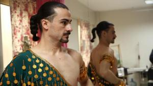 Male belly dancer Erhan Ay trying on a costume (photo: DW/G. Köhne)