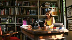 Ayu Utami in her study (photo: picture-alliance/ANN/The Jakarta Post)