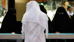 Saudi women look at jewellery at a gold fair in Riyadh, Saudi Arabia, 21 March 2009 (AP Photo/Hassan Ammar)