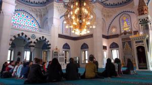 People attend an event in the Sehitlik Mosque in Berlin-Neukolln (photo: Max Zander)
