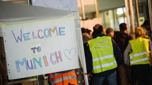 Welcoming migrants at Munich railway station (photo: picture-alliance/dpa/N. Armer)