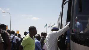 Refugees board bus (photo: Ylenia Gostoli)