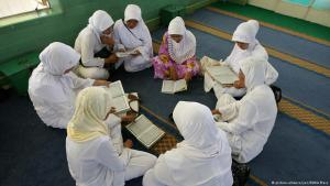 Indonesian Muslim women sit reading in a circle (photo: picture-alliance/ZUMA Press)