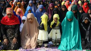 United in prayer: the Festival of Sacrifice marks the highpoint of the Muslim hajj – the pilgrimage to Mecca. All Muslims are expected to make a pilgrimage to Mecca once in their lifetime, but not everyone can afford to. That′s why celebrations are held around the globe, such as here in Nairobi, and prayers are said everywhere
