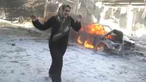 A Syrian woman in Aleppo flees an air raid by Assad′s regime (photo: Khaled Khatib/AFP/Getty Images)