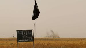 Islamic State (IS) flag and placard in Daquq district, south of Kirkuk (photo: Getty Images/AFP/M. Ibrahim)