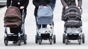 Women with prams in Travemunde, Germany (photo: picture-alliance/dpa/M. Brandt)