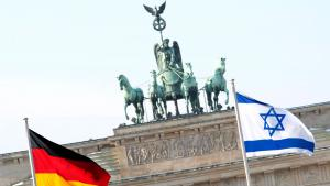 The German and Israeli flags flying in front of the Brandenburg Gate in Berlin (photo: picture-alliance/dpa/R. Schlesinger)