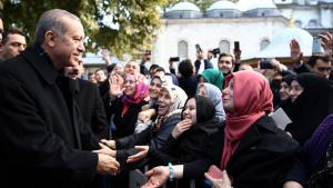 Erdogan talks to the crowds after dawn prayers at Eyup Sultan Mosque in Istanbul on 2 November 2015 (photo: picture-alliance/AA/Turkish Presidency/Y. Bulbul