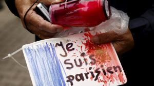 "Mourner holds a tag saying ′I′m a Parisian"" (photo: Reuters/K. Pempel)"