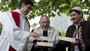 The German pastor Gregor Hohberg, the Israeli rabbi Tovia Ben-Chorin and the German-Turkish imam Kadi Sanci during the symbolic foundation stone ceremony in Berlin on 3 June 2014 (photo: JOHN MACDOUGALL/AFP/Getty Images)