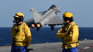 French Rafale fighter jet takes off from the aircraft carrier Charles de Gaulle to carry out airstrikes against IS in Syria (photo: Getty Images/AFP/A. C. Poujoulat)