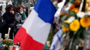 Mourning the victims of the Paris attacks at Place de la Republique (photo: Reuters/E. Gaillard)