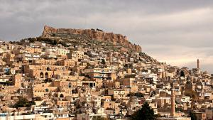 """Multi-ethnic border town: Mardin nestles at the foot of Tur Abdin, """"Mountain of Slaves"""" – in the southeast corner of Turkey and just a stone′s throw from the Syrian border. For centuries the town has been a melting pot of different cultures and religions. Muslims and Christians live peacefully side by side. In addition to Turkish, the townsfolk speak Arabic, Aramaic and Kurdish. This diversity has made Mardin a famous name – and not just in Turkey"""