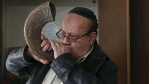 Zebulon Simentov, the last Jew in Kabul blows the shofar horn (photo: Reuters)