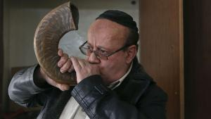 Zebulon Simentov, the last Jew in Kabul blows the shofar horn (photo: Reuters)