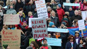 Protestors demonstrate against violence towards women on Cologne cathedral square (photo: DW/N. Martin)