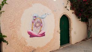 Graffiti of a veiled woman holding a mirror (photo: Sarah Mersch)