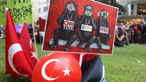 Turks demonstrate for press freedom (photo: picture-alliance/dpa/T. Stavrakis)