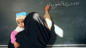 Woman during a Farsi language class in Iran (photo: ayaronline)