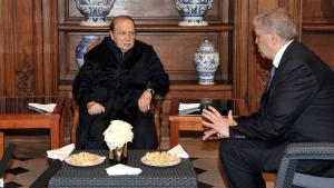 The ailing Algerian president, Abdelaziz (l.) receives the new head of the armed forces, Ahmed Gaid Salah (photo: AFP/Getty Images)