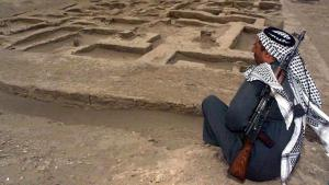 An armed Iraqi guards the excavation of a newly discovered Sumerian settlement in Umm al-Aqareb some 300 kilometres south of Baghdad (photo: picture-alliance/dpa)