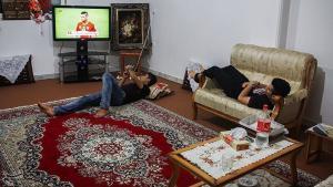 Teenage refugees watching television (photo: tasnimnews)