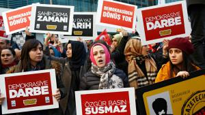 Protests against the storming and state takeover of the Turkish newspaper ″Zaman″ in Istanbul (photo: picture-alliance/dpa/S. Suna)