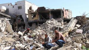 Men squat in the rubble of destroyed houses in Cizre (photo: DW)