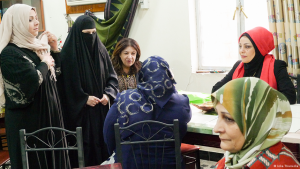 Haura from Basra (front left) and Samarkand from Baghdad (rear right) in the writing workshop in Basra (photo: Inka Thunecke/DW)