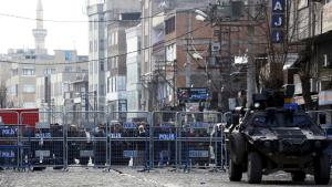 Residents behind the military blockade preventing access to Sur in Diyarbakir (photo: Reuters/S. Kayar)