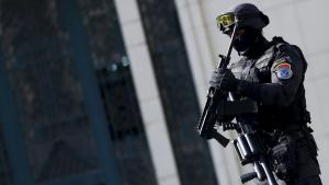 Armed police officer in front of the Egyptian Journalists′ Union building in Cairo on 15 April 2016 (photo: Getty Images/AFP/A. Dalsh)