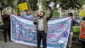 """Proteste konservativ-islamischer Studenten in Teheran für eine """"widerstandsfähige Wirtschaft"""" und gegen die ökonomische Öffnung des Landes und Integration des Iran in die Weltwirtschaft; Foto: Fars"""