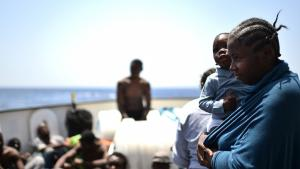 Woman and child rescued off the Libyan coast (photo: Getty Images/G. Bouys)