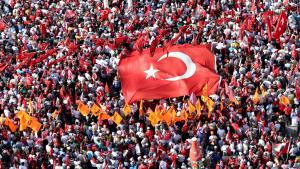 Following the coup attempt of 15 July, the supporters of various parties gather on Taksim Square in Istanbul (photo: picture-alliance/AA/I. Yakut)