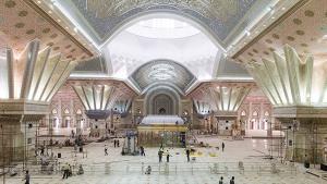 Putting the finishing touches to Ayatollah Khomeini′s mausoleum south of Tehran (photo: Tasnim)