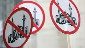 Placards belonging to the right-wing anti-Islamic organisation Pro Koeln and Pro NRW protesting the construction of the DITIB central mosque in Cologne (photo: picture-alliance/Ralph Goldmann)