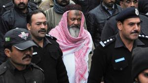Pakistan police escort Maliq Ishaq, leader of Lashkar-e-Jhangvi to the High Court in Lahore (photo: Getty Images/AFP/Str)