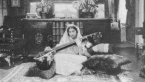 Noor Inayat Khan playing the sitar (photo: Verlag Heilbronn)