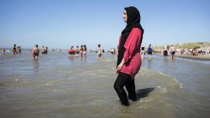 Woman in burkini on the beach at Fort Mahon, France (photo: picture-alliance/Photopgr/Le Parisien/Arnaud Dumontier)