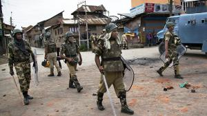 Indian paramilitaries patrol in Indian-controlled Srinagar in Kashmir following anti-Indian protests (photo: picture-alliance/AP/D. Yasin)
