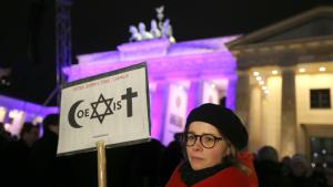 """Demonstrating for an """"open and tolerant Germany and for freedom of speech and religion"""" at the Brandenburg Gate in Berlin (photo: Kay Nietfeld/dpa)"""