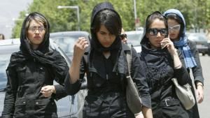 Young Iranian women in front of a shopping mall in Tehran′s northwest (photo: Getty Images/AFP/B. Mehri)