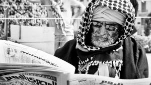Egyptian reading the daily newspaper ″Al-Masry al-Yaum″ (photo: Mosa′ab Elshamy)