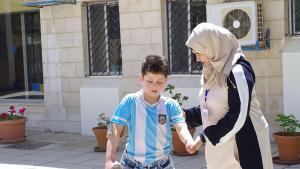Refugee Basil al-Riyabi and physiotherapist Rasha Qasim in Amman (photo: Claudia Mende)