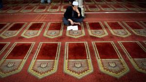 A Muslim reading the Koran in the Al-Azhar Mosque in Cairo (photo: AP)