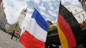 French and German flags in the centre of Straubing, a town in Lower Bavaria (photo: dpa/picture-alliance)
