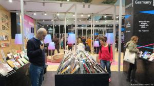 Visitors to the German stand at the International Book Fair in Istanbul (photo: dpa/picture-alliance)