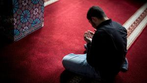 Muslim worshipper during prayers in a Hamburg mosque (photo: picture-alliance/dpa)