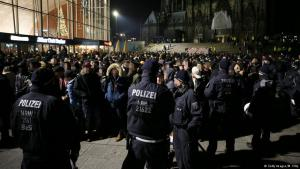 Police line faces those exiting Cologne main railway station on New Year′s Eve 2016 (photo: Getty Images)